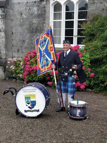 Douwe Witsen, d e oprichter van de Arthur Troop Pipes and Drums met het oorspronkelijke logo